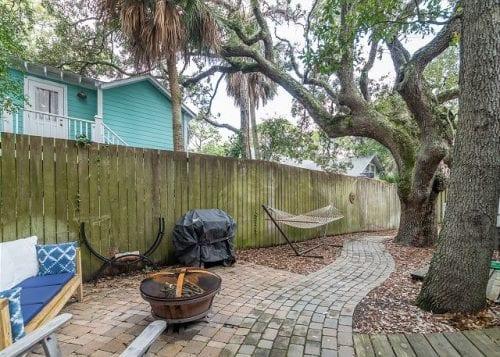 live oaks cottage back yard